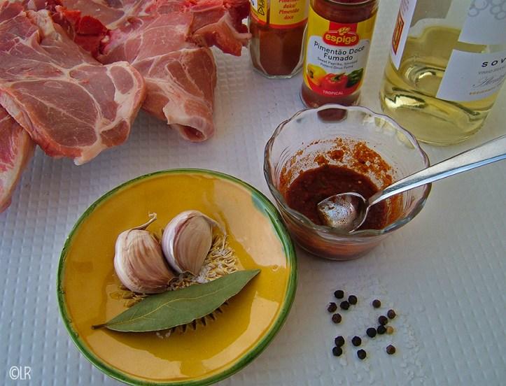 Knoflook, laurier, peper en zout en een schaaltje met een mix van paprika poeder en witte wijn om karbonaadjes mee te marineren.