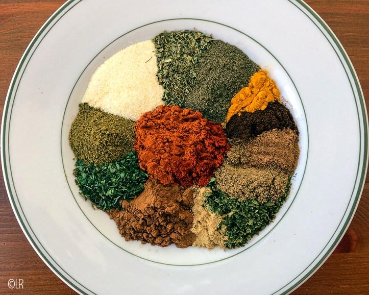 Een bord met alle kruiden en specerijen voor een goede shoarma.