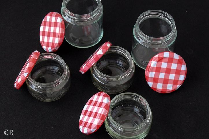 Vijf schone en gesteriliseerde potjes met bijbehorende deksels