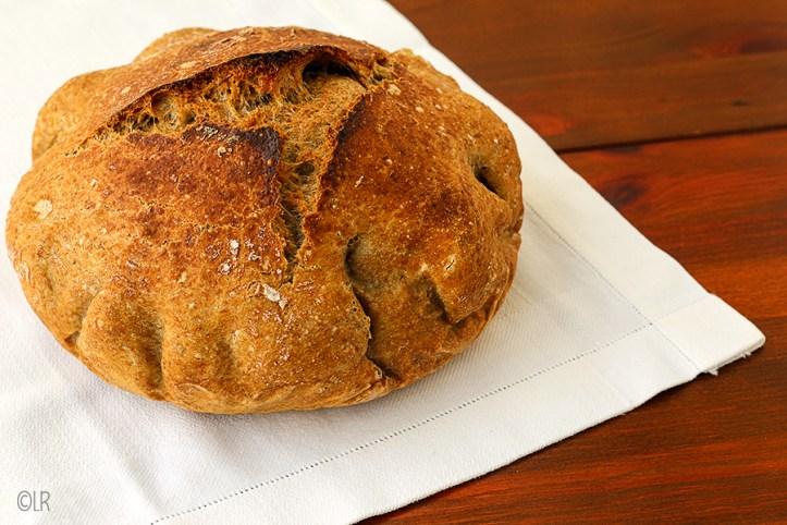 Knapperig bruin brood gebakken in een braadpan in de oven, zonder gekneed te zijn.
