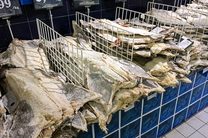 Enorme gedroogde en gezouten kabeljauwen te koop in de supermarkt.