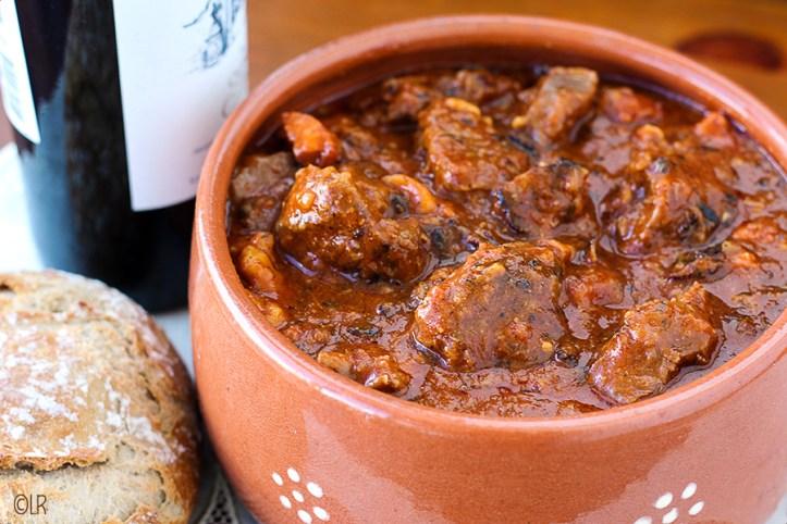 Schaal vol mals runderstoofvlees met een goede fles wijn en wat brood... Een heerlijk maal.