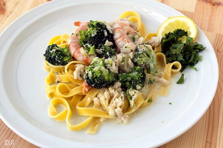 Tagliatelle met een saus van witte vis, broccoli en garnalen. Lekker met eigengemaakte kruidenkaas.