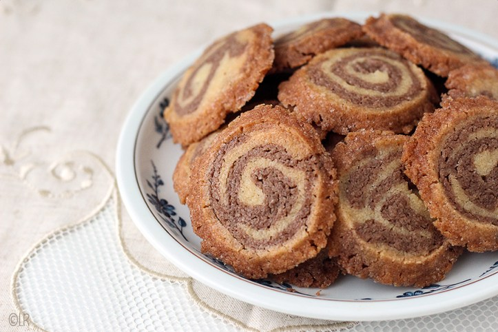 Schaaltje gemarmerde koekjes in twee smaken, ze happen zo heerlijk weg.