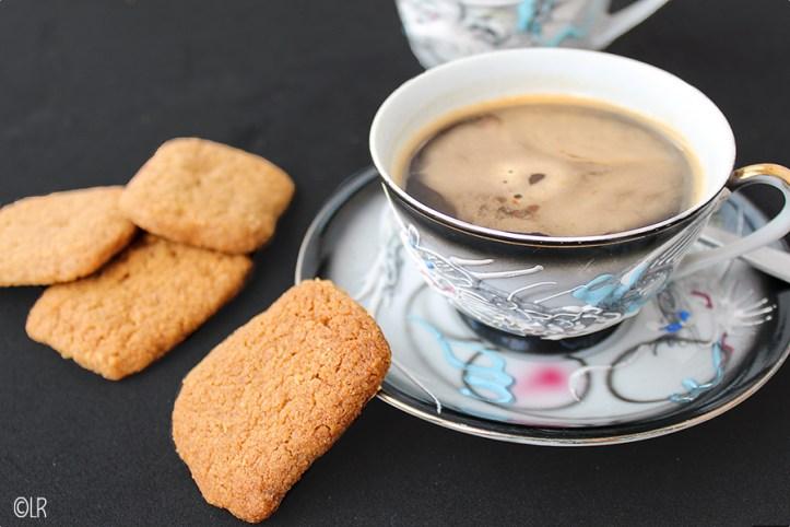 Een heerlijk bros koekje voor bij de koffie. Snel gemaakt en overheerlijk.