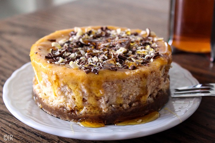 In de oven gebakken cheesecake met eigengemaakte karamelsaus en chocoladerasp.