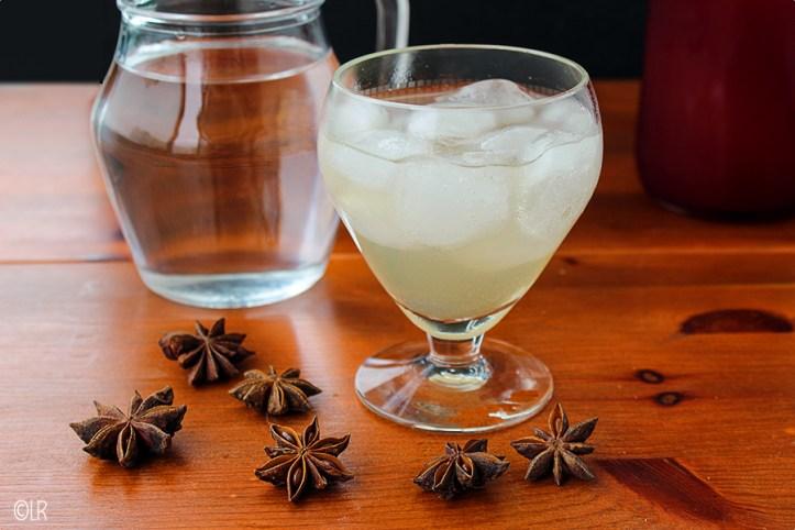 Glas frisse anijsdrank gemaakt van suiker- en alcoholvrije siroop.