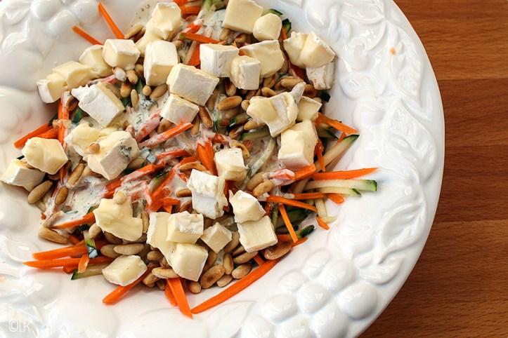 Heerlijk frisse salade zonder sla, maar wel met wortel en komkommer.
