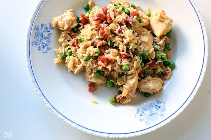 Een eenvoudige maar heel smakelijke Portugese eenpansmaaltijd van rijst met kip en doperwtjes.