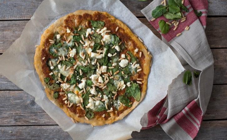 vegetarpizza med raud pesto, spinat og feta