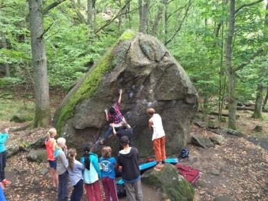Stort intresse runt stenblocken.