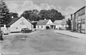 Torvet med kroen. Bygningen til højre indeholdt bl.a. sygekassen