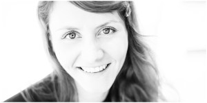 Highkey-Foto einer lächelnden Frau in Schwarz/Weiß
