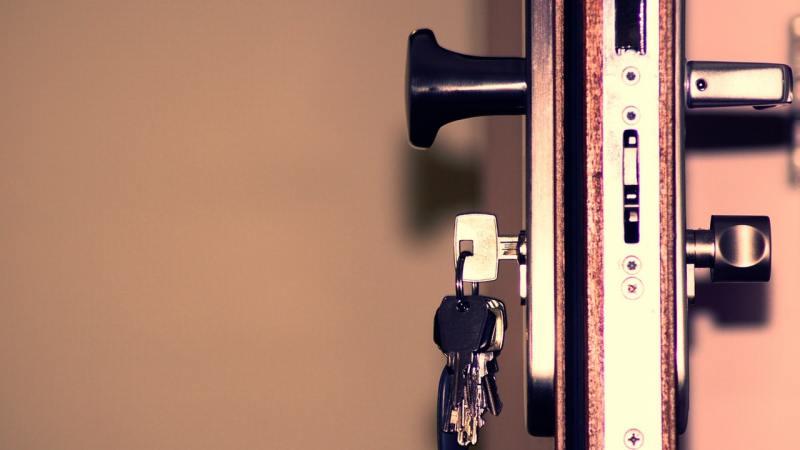 Lokator nie chce się wyprowadzić z wynajmowanego mieszkania. Co zrobić?