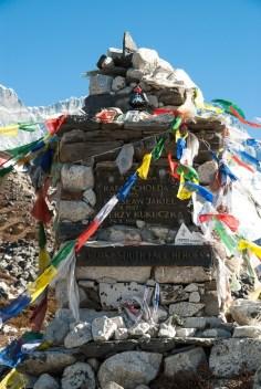 Chorten ku pamięci herosów południowe ściany Lhotse: Chołda, Jakiel i Kukuczka