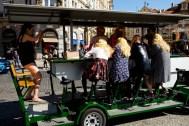 Pojazd imprezowy przejeżdżający przez centrum Pragi