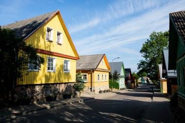 Główna ulica turystyczna w Trokach. Drewniana, kolorowa, karaimska zabudowa