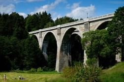 Bliźniacze kolejowe mosty w Stańczykach przypominające rzymskie akwedukty