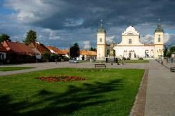 Główny plac w Tykocinie. Widok na kościół pw. Świętej Trójcy