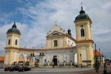 Tykocin. Późnobarokowy kościół pw. Świętej Trójcy z charakterystyczną parawanową fasadą i wieżami