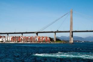 Wypływamy ze Stavanger do Jørpeland. Na zdjęciu długi wysoki most nad wodą
