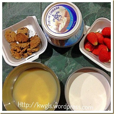 Cheesecake or Ice Cream, You Decide!–Homemade Strawberry Cheesecake Ice Cream With Cookies Swirl (草莓奶酪冰淇淋)