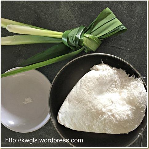 Kuih Lopes or Kue Lupis (三角椰丝糯米糕)