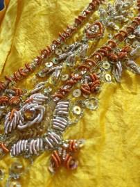 fantastyczny haft na hinduskiej tunice