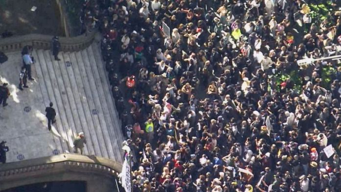 Australia : Thousands gather in anti-lockdown protests in several cities