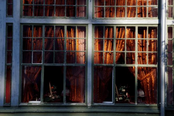 Długopole Zdrój - okna domu zdrojowego, teraz sala dancingowa