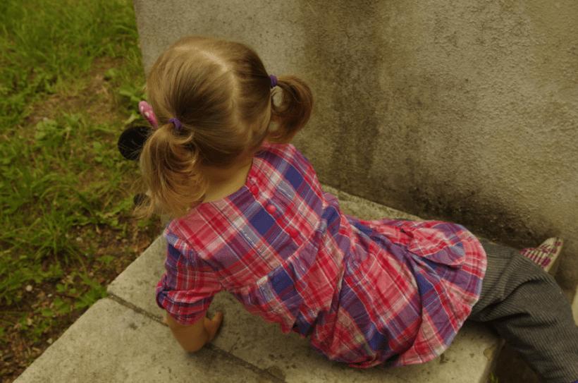 Półdziecko - w sukience w kratkę