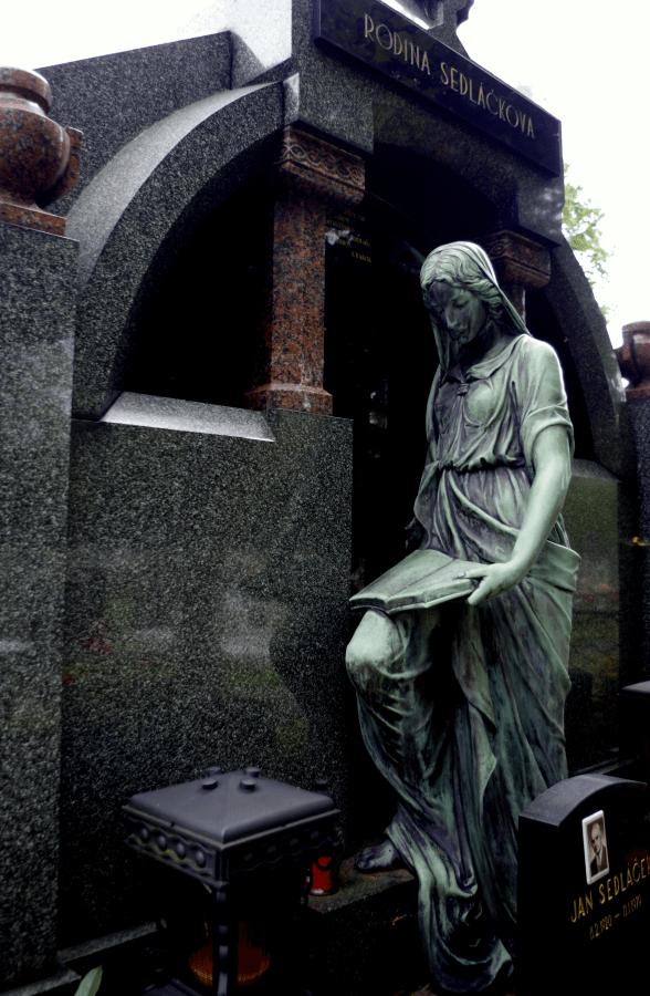 Broumov Cmentarz - smutna figura nagrobna