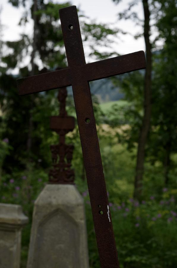 Bieszczadzkie cmentarze - metalowy krzyź