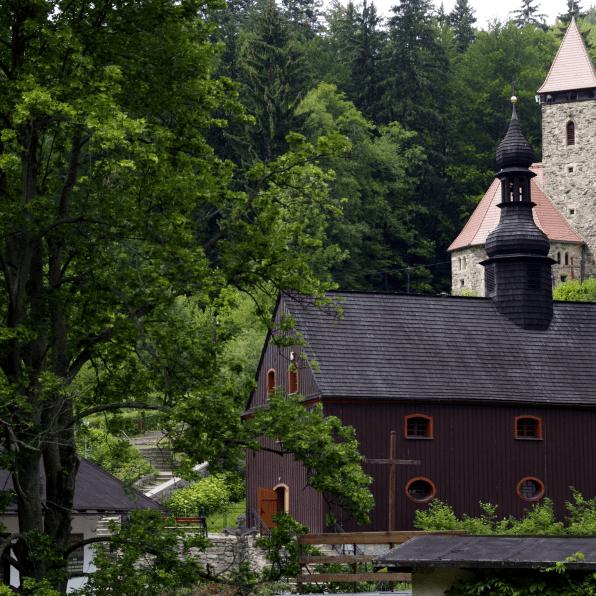 Międzygórska kaplica w zieleni