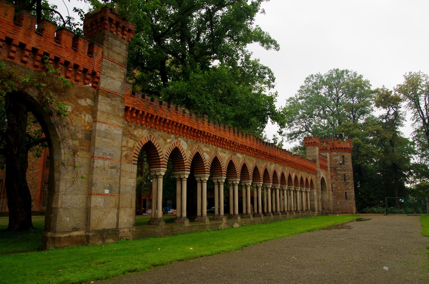 Pałac w Kamieńcu Ząbkowickim - arkady
