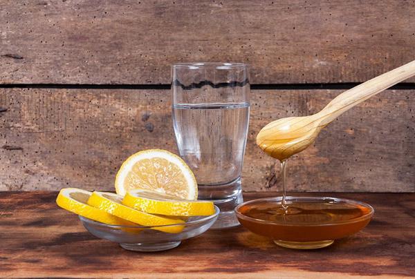 Mật ong nguyên chất và chanh dưỡng môi, trị thâm hiệu quả