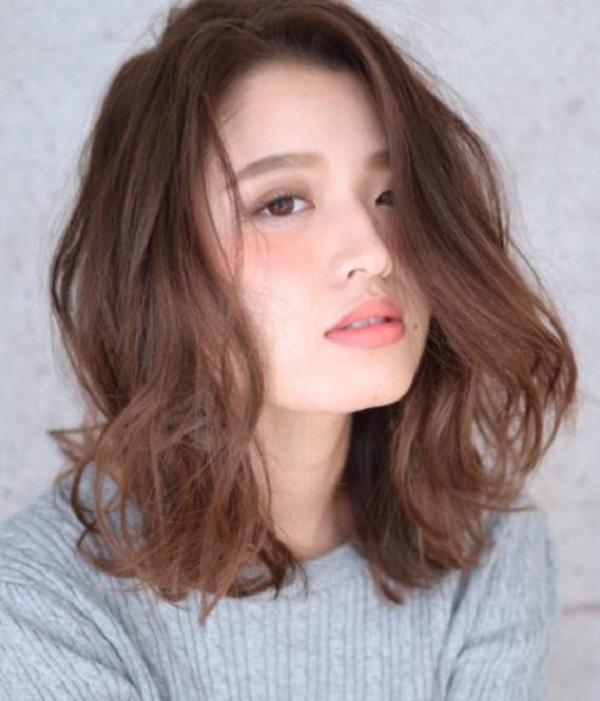 Người trán ngắn nên để tóc không mái hoặc mái lệch đánh lạc hướng ánh mặt người nhìn