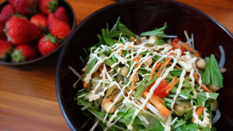 水菜・にんじん・トマト・ひよこまめ・新玉ねぎ のサラダ。といちご。