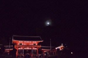 十五夜の満月と八坂神社