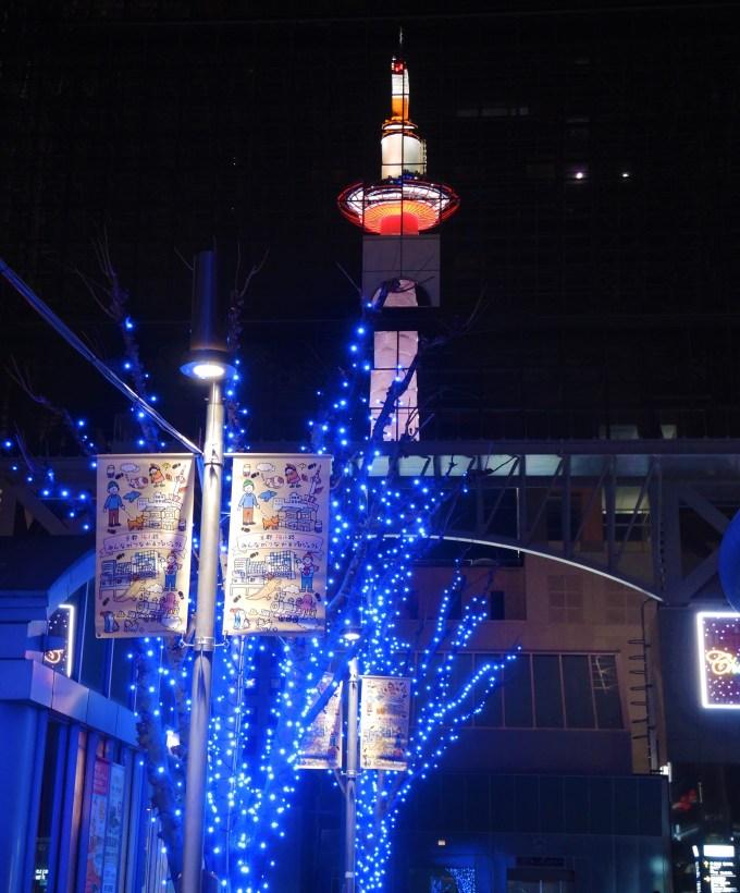 京都駅に写る京都タワー