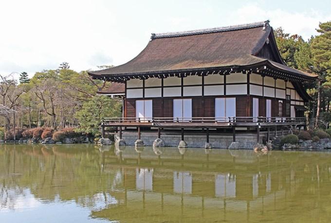 51.栖鳳池と尚美館(横)