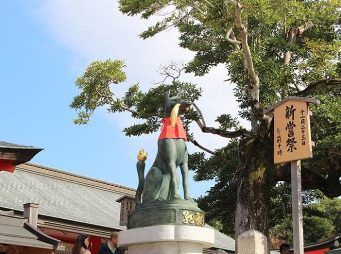 21.内拝殿前の狐(向かって左)