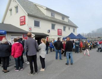 Folkeliv utenfor Coopen i Sandhamn
