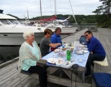 Godt selskap og krabbelunsj på Hamnaholmen