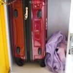 中型黃色櫃可放一個飛機內可手提的行李+還有少少空間。