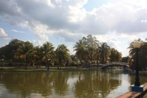Turisteille tarkoitettu puisto, joka on täynnä ravintoloita.