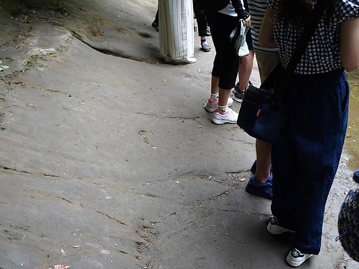 亀岩の洞窟(濃溝の滝)足元