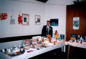 Geschäftsführer Artur Hauser am Büchertisch