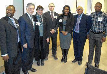 Les représentants du RLISS Centre-Est, de l'Entité 4 et du centre de santé Taibu lors du lancement de la coalition, en présence de François Boileau (au centre), commissaire aux services en français de l'Ontario.