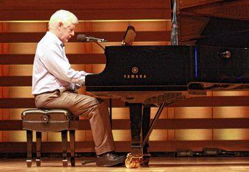 Bob Rae s'est accompagné au piano pour chanter un titre issu de sa composition.